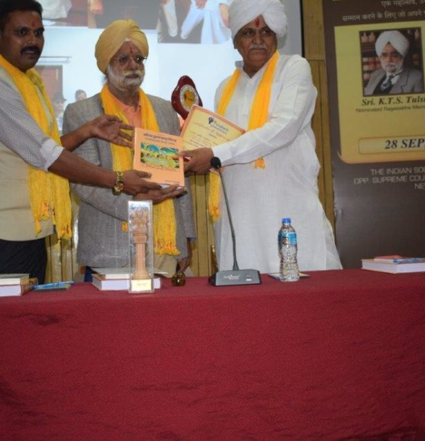 Solanki Ji Receiving Life Time Achivement Award at Purusharth Mahotsav