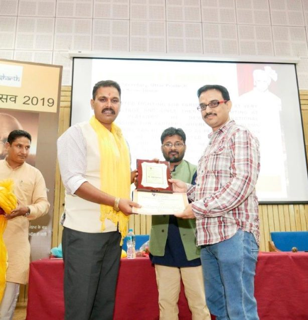 Amit Sharma Receiving Purusharth Award