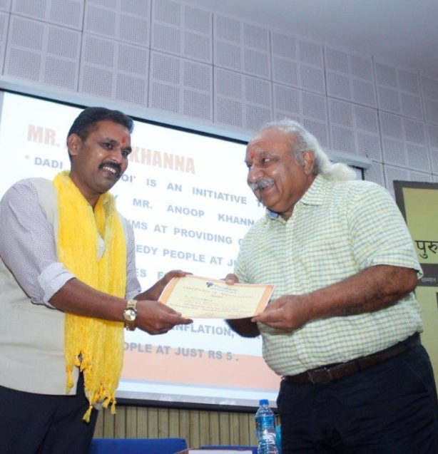 Anoop Khanna Receiving Purusharth Award
