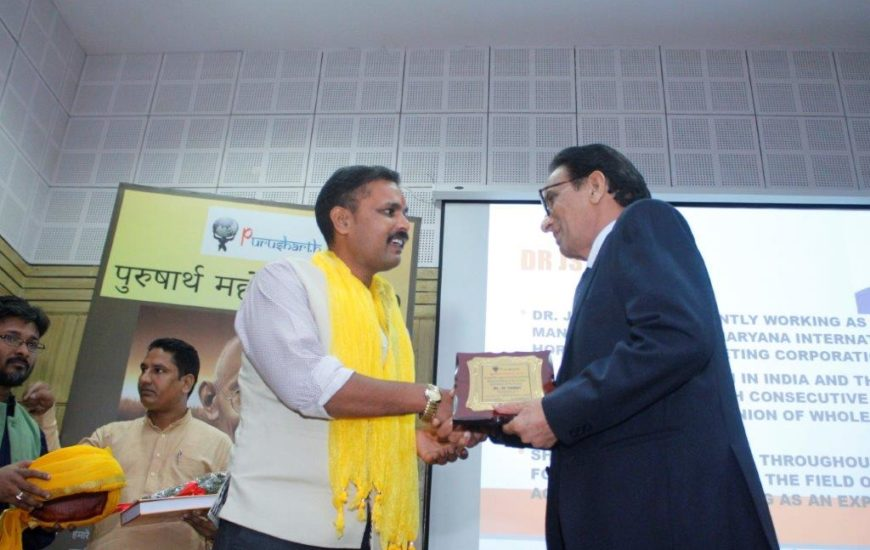 Dr JS Yadav receiving Purusharth Award