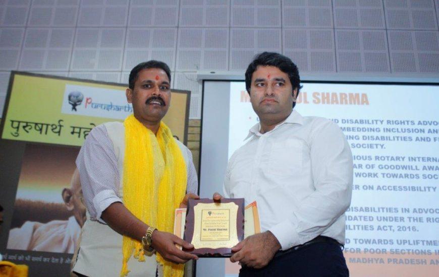 Parul Sharma Receiving Purusharth Award